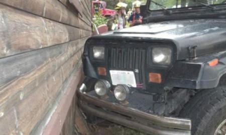 3-latek za kierownicą Jeepa