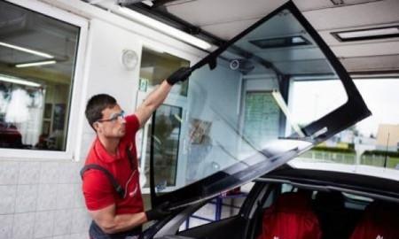 Jak bezpiecznie kupować i wymieniać szyby w samochodzie?