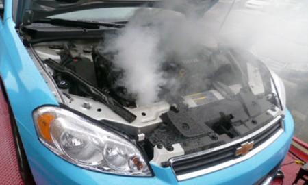 Dym spod maski samochodu? Nie panikuj!