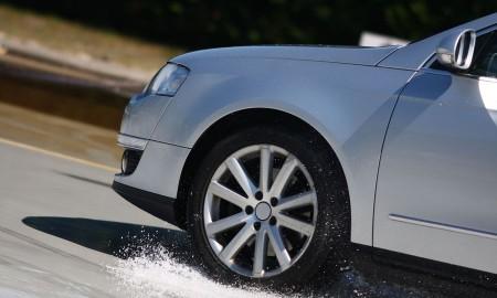 Opony zimowe na mokrej nawierzchni – droga hamowania krótsza o dwie długości samochodu
