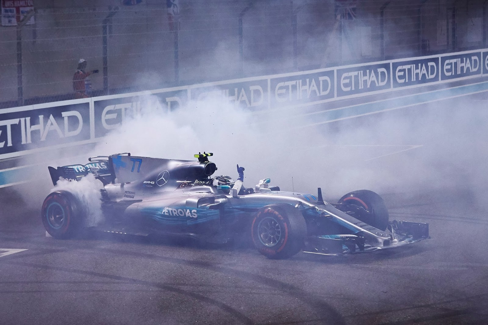 Dublet Mercedesa na koniec sezonu