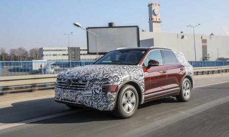 Nowy VW Touareg w drodze przez Polskę do Pekinu