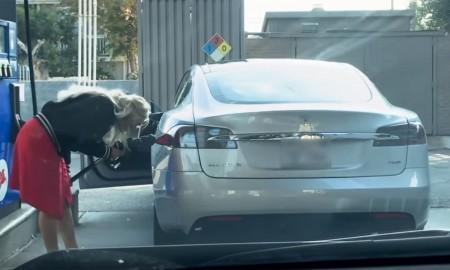 Kobieta próbuje zatankować benzynę do Tesli S