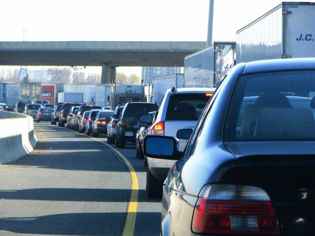Przed świętami większy ruch na drogach. Czy kierowcy jeżdżą bezpieczniej?
