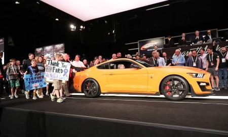 Pierwszy produkcyjny egzemplarz Forda Mustanga Shelby GT500 sprzedany