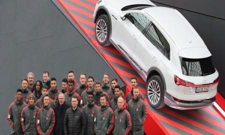 Piłkarze FC Bayern Monachium i Audi e-tron