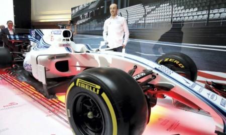 Robert Kubica w bolidzie F1 z logo Orlenu