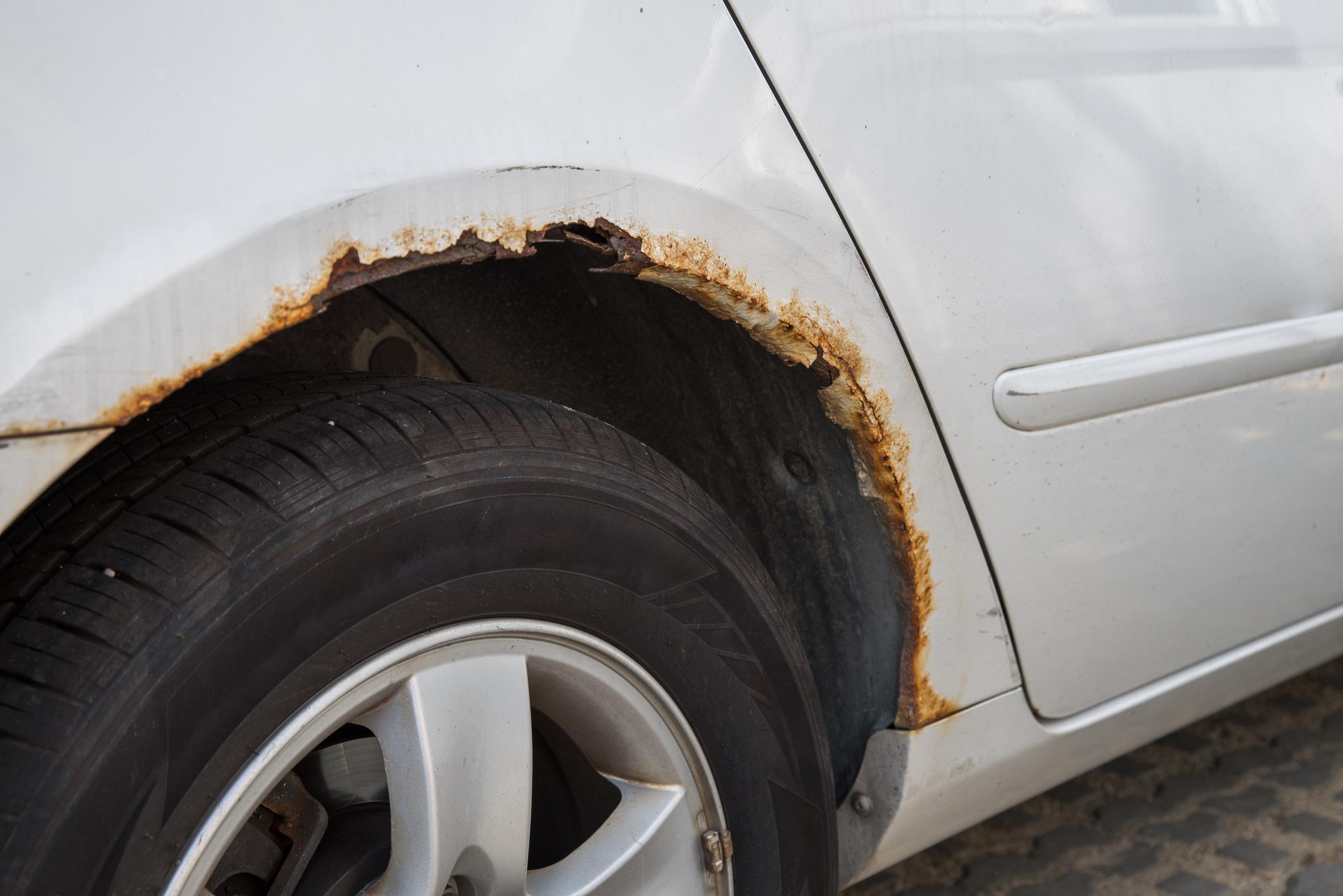 Co wpływa na karoserię polskich aut?