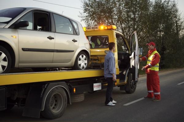 Dla Polaków holowanie samochodu ma większą wartość niż opieka medyczna