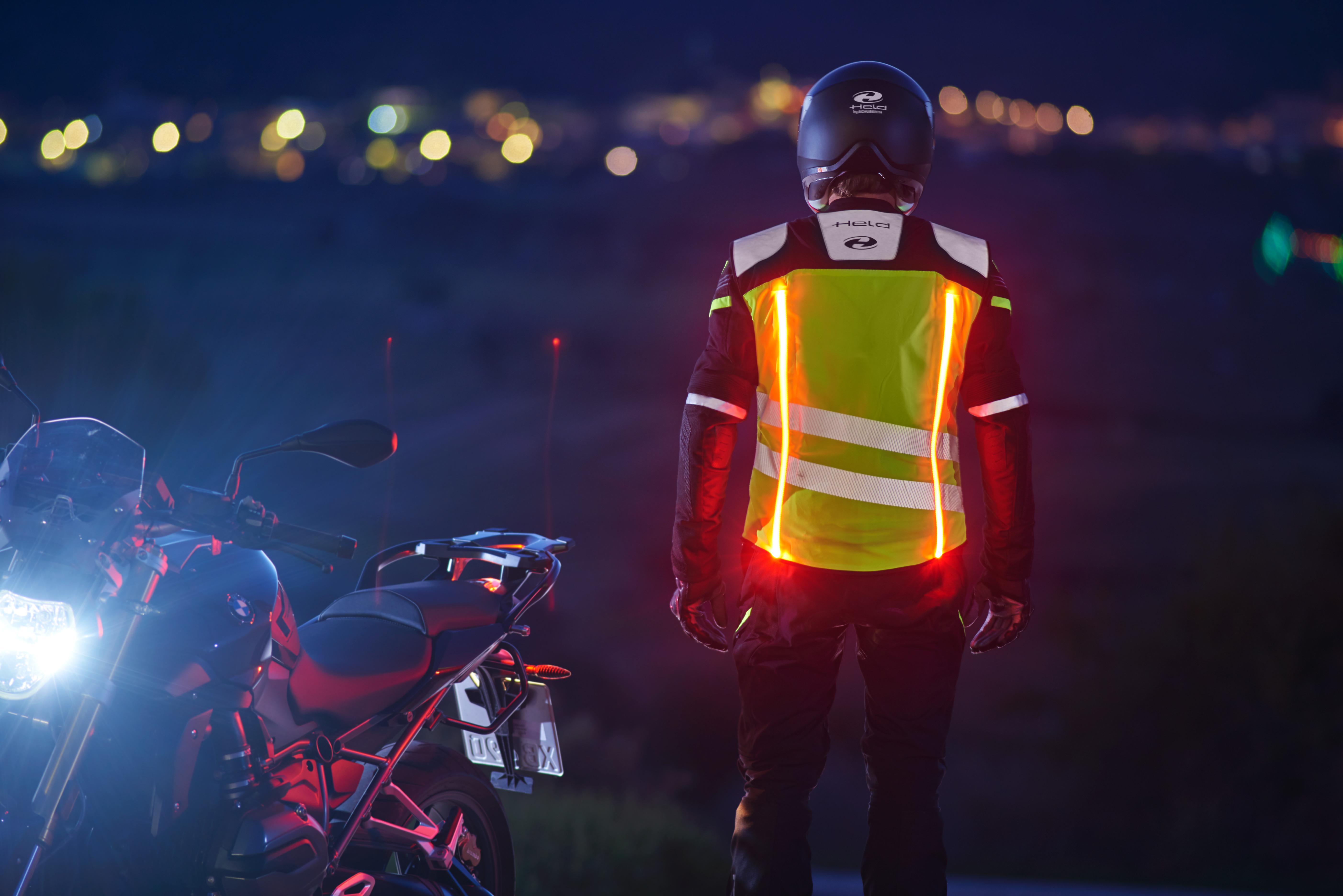 Motocykliści w LED strojach