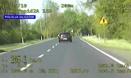 Pędził ponad 205 km/h po drodze krajowej, bo…