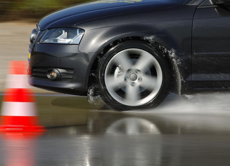 Woda na drodze to częsta przyczyna letnich wypadków