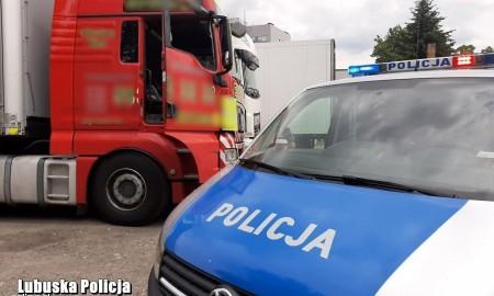 Policjanci musieli wybić szybę, aby wyciągnąć pijanego kierowcę z pojazdu