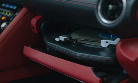 Słuchaj winyli w korku, czyli samochód z adapterem