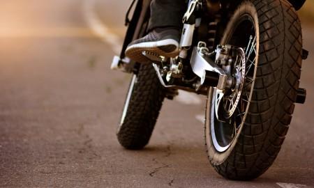 Ciesz się sezonem motocyklowym, ale pamiętaj o oponach