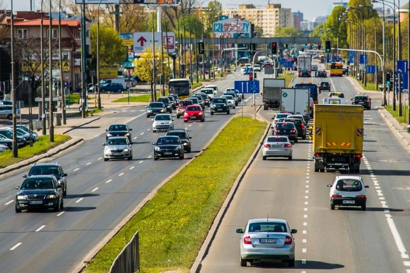 Polacy chcą lepszej komunikacji miejskiej i mniej aut w miastach?