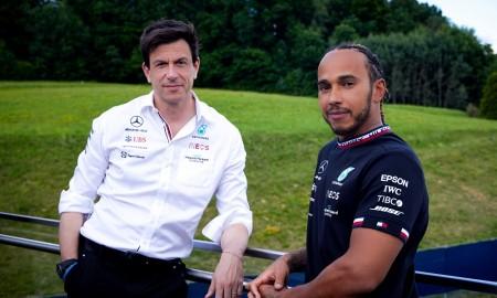 Lewis Hamilton zostaje w Mercedesie