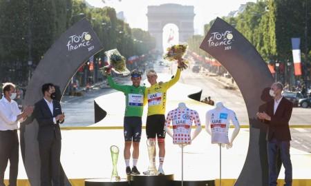 Zwycięzca Tour de France z kryształowym pucharem od Skody