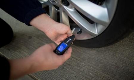 Około 30 proc. kierowców nie zna prawidłowej wartości ciśnienia w oponach