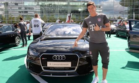 Robert Lewandowski w czarnym Audi RS 7